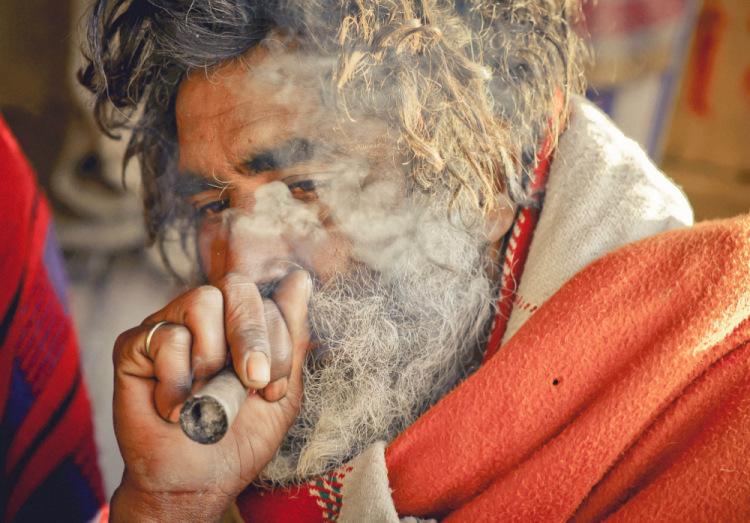индийский садху курит чарас